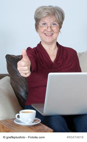 Seniorin mit Computer Daumen hoch